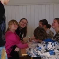 Valga Gümnaasiumi 6.klassi õpilased koos juhendajaga tööhoos. Foto Pille Olesk