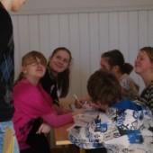 6. klassi õpilased koos noore juhendajaga tööhoos, foto Pille Olesk