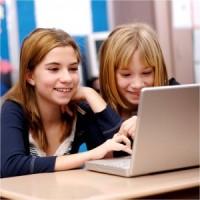 Tüdruk arvutis