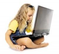 Tüdruk arvutiga